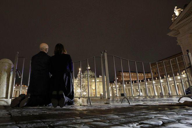 Πιστοί προσεύχονται έξω από την πλατεία του Αγίου Πέτρου, στο Βατικανό, 24 Δεκεμβρίου 2020.