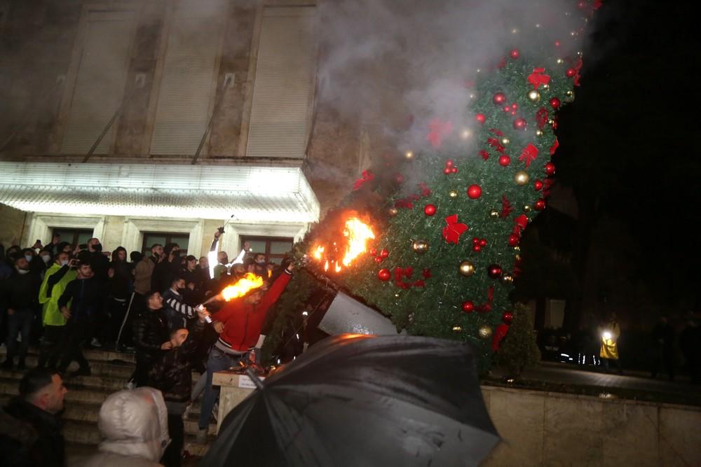 Αλβανία, 9 Δεκεμβρίου, Διαδηλωτές που διαμαρτύρονται για το θάνατο ενός πολίτη από σφαίρα αστυνομικού καίνε το Χριστουγεννιάτικο δέντρο