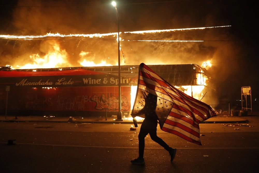Διαδηλωτής στη Μινεσότα για τη δολοφονια του Τζορτζ Φλόιντ