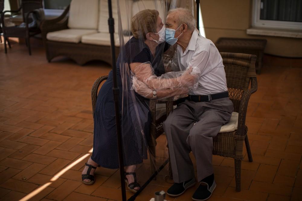 Ηλικιωμένοι ανταλλάζουν φιλί σε γηροκομείο της Ισπανίας