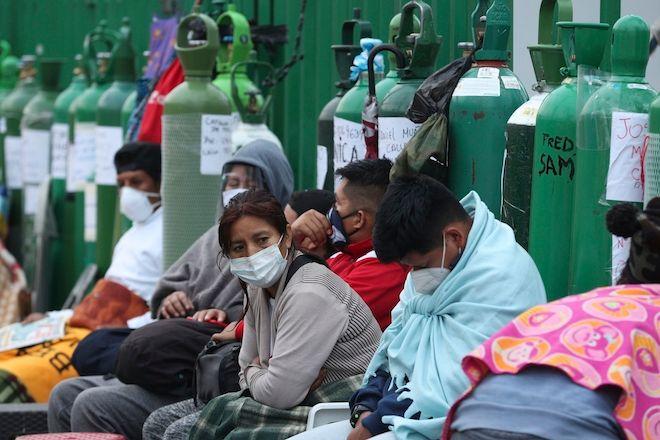 Άνθρωποι κατασκηνώνουν με άδειους κυλίνδρους οξυγόνου περιμένοντας να ξαναγεμίσουν. Το κατάστημα μπορεί να ξαναγεμίσει μόνο 40 την ημέρα, Λίμα, Περού, 22 Φεβρουαρίου 2021
